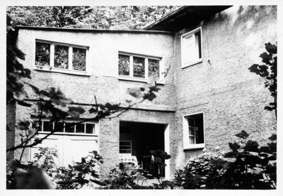 Das Haus der Johows in Gahlen. Über Eingang und Garage: das Atelier von H.J. Psotta, um 1960. Foto: unbekannt, NL HJP 32/10.
